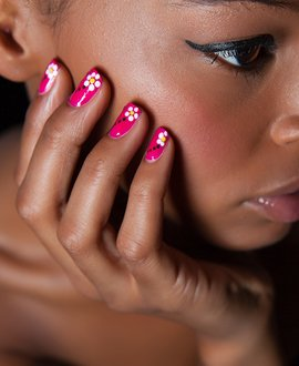 Nail art in action: Bold and playful daisy design